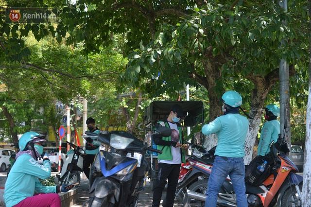 Nắng nóng đỉnh điểm từ đầu hè lên đến 40 độ C tại Hà Nội: Nhựa đường tan chảy, người dân dùng nước tưới đường giữa trưa - Ảnh 17.