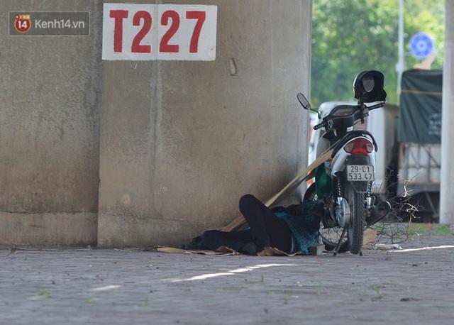 Nắng nóng đỉnh điểm từ đầu hè lên đến 40 độ C tại Hà Nội: Nhựa đường tan chảy, người dân dùng nước tưới đường giữa trưa - Ảnh 18.