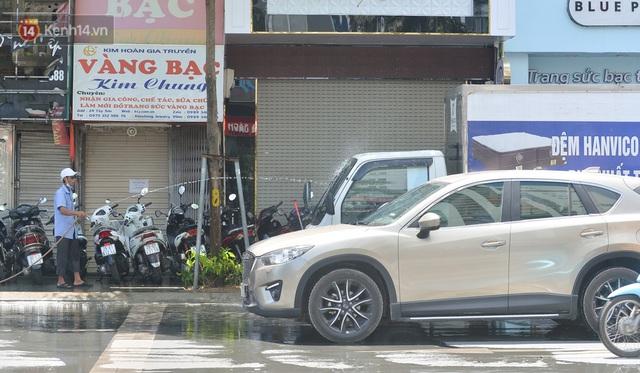 Nắng nóng đỉnh điểm từ đầu hè lên đến 40 độ C tại Hà Nội: Nhựa đường tan chảy, người dân dùng nước tưới đường giữa trưa - Ảnh 19.