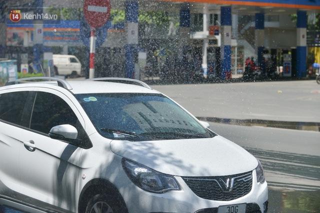 Nắng nóng đỉnh điểm từ đầu hè lên đến 40 độ C tại Hà Nội: Nhựa đường tan chảy, người dân dùng nước tưới đường giữa trưa - Ảnh 20.