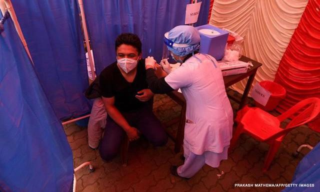 Thế giới lo lắng khi nhà sản xuất vắc xin COVID-19 lớn nhất dừng xuất khẩu - Ảnh 3.