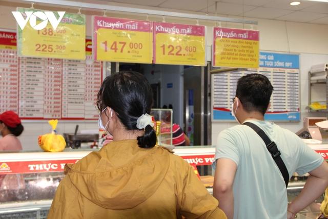 Ngày đầu TP HCM giãn cách xã hội: Hàng hóa dồi dào, giá cả ít biến động - Ảnh 3.
