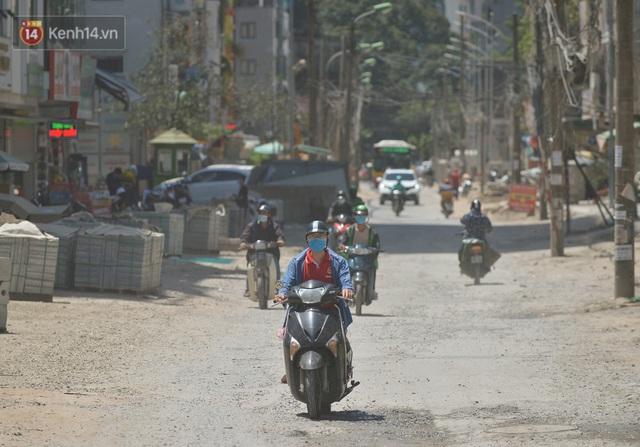 Nắng nóng đỉnh điểm từ đầu hè lên đến 40 độ C tại Hà Nội: Nhựa đường tan chảy, người dân dùng nước tưới đường giữa trưa - Ảnh 23.