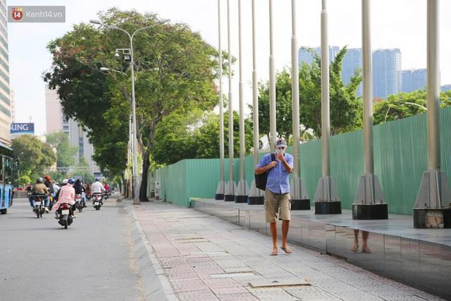 TP.HCM ngày đầu tiên giãn cách xã hội: Đường sá vắng vẻ lạ thường, chỉ lác đác người dân ra khỏi nhà khi thực sự cần thiết - Ảnh 25.