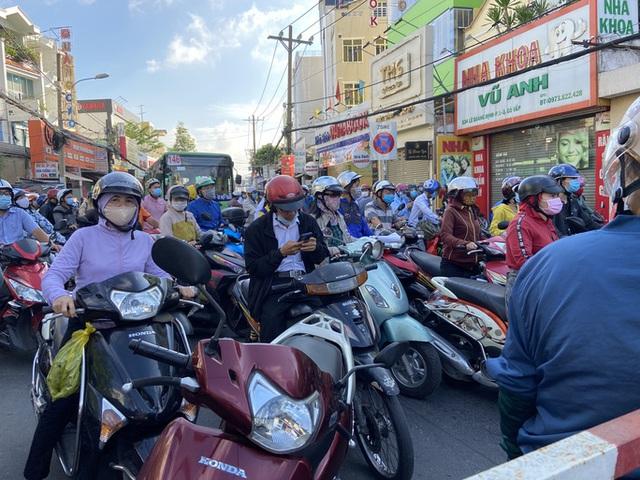 Người dân Gò Vấp phải khai báo y tế rõ ràng để vào khu trung tâm TP HCM  - Ảnh 4.