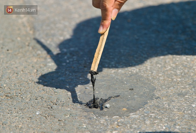 Nắng nóng đỉnh điểm từ đầu hè lên đến 40 độ C tại Hà Nội: Nhựa đường tan chảy, người dân dùng nước tưới đường giữa trưa - Ảnh 4.