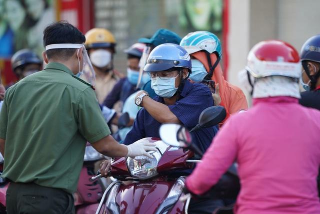 Người dân Gò Vấp phải khai báo y tế rõ ràng để vào khu trung tâm TP HCM  - Ảnh 5.