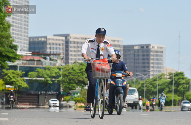 Nắng nóng đỉnh điểm từ đầu hè lên đến 40 độ C tại Hà Nội: Nhựa đường tan chảy, người dân dùng nước tưới đường giữa trưa - Ảnh 5.