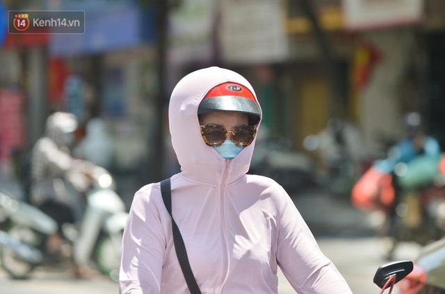 Nắng nóng đỉnh điểm từ đầu hè lên đến 40 độ C tại Hà Nội: Nhựa đường tan chảy, người dân dùng nước tưới đường giữa trưa - Ảnh 6.