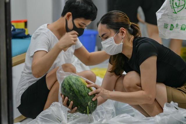 Xuyên đêm giải cứu dưa hấu từ vùng dịch Bắc Giang - Ảnh 7.