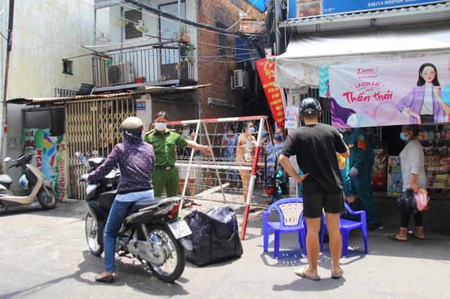 TP.HCM: Khu Mả Lạng, quận 1 lại bị phong tỏa vì phát hiện thêm ca dương tính SARS-CoV-2 - Ảnh 7.