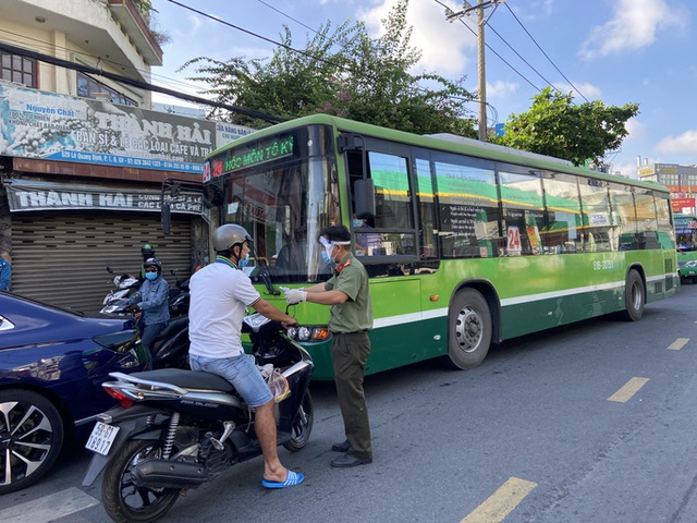 Người dân Gò Vấp phải khai báo y tế rõ ràng để vào khu trung tâm TP HCM  - Ảnh 8.
