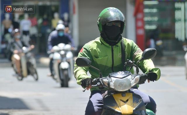 Nắng nóng đỉnh điểm từ đầu hè lên đến 40 độ C tại Hà Nội: Nhựa đường tan chảy, người dân dùng nước tưới đường giữa trưa - Ảnh 8.
