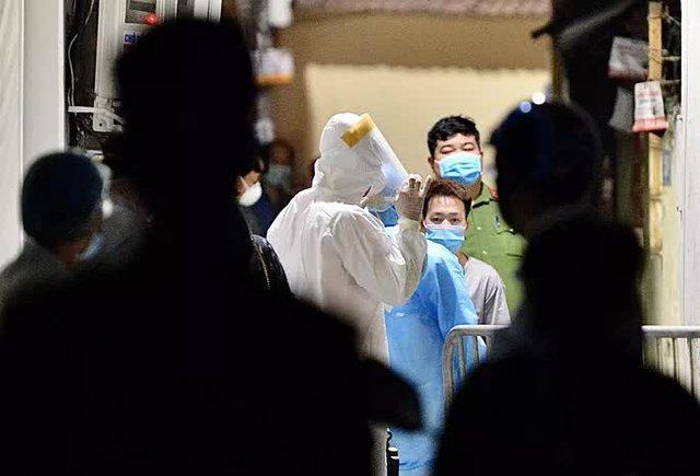 Cận cảnh phong toả ngõ phố trong đêm vì có ca dương tính SARS-CoV-2  - Ảnh 2.