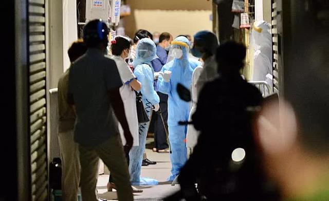 Cận cảnh phong toả ngõ phố trong đêm vì có ca dương tính SARS-CoV-2  - Ảnh 6.