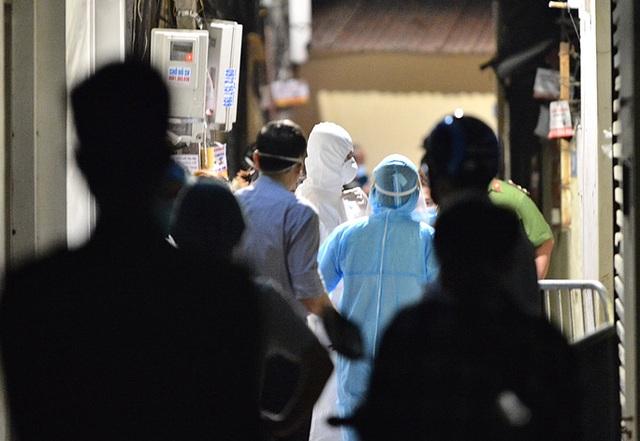 Cận cảnh phong toả ngõ phố trong đêm vì có ca dương tính SARS-CoV-2  - Ảnh 7.
