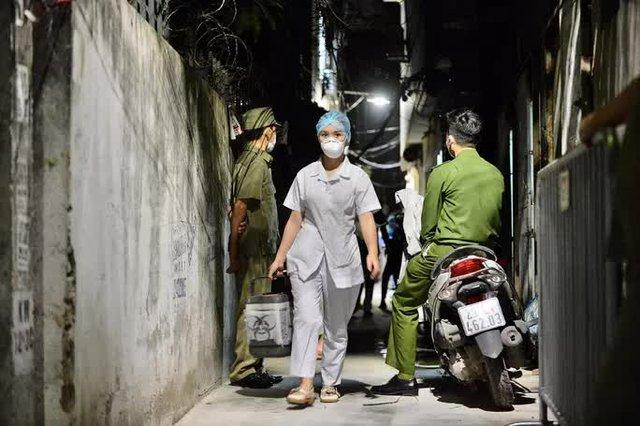 Cận cảnh phong toả ngõ phố trong đêm vì có ca dương tính SARS-CoV-2  - Ảnh 8.