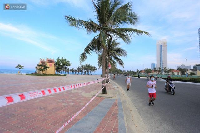 Ảnh: Bãi biển, khu vui chơi ở Đà Nẵng vắng bóng người trong ngày đầu siết chặt các biện pháp phòng, chống Covid-19 - Ảnh 2.