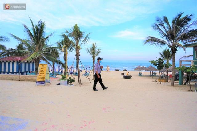 Ảnh: Bãi biển, khu vui chơi ở Đà Nẵng vắng bóng người trong ngày đầu siết chặt các biện pháp phòng, chống Covid-19 - Ảnh 3.