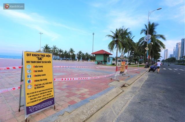 Ảnh: Bãi biển, khu vui chơi ở Đà Nẵng vắng bóng người trong ngày đầu siết chặt các biện pháp phòng, chống Covid-19 - Ảnh 4.
