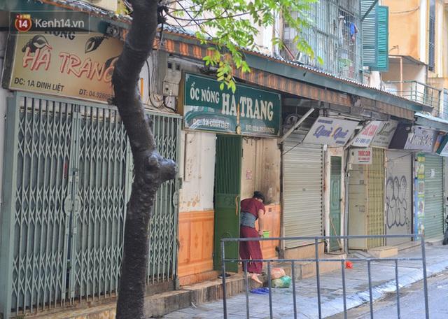 Hà Nội: Cận cảnh phong tỏa, phun khử khuẩn 1 đoạn con phố Đinh Liệt cùng rất nhiều điểm đến của ca dương tính SARS-CoV-2 - Ảnh 4.