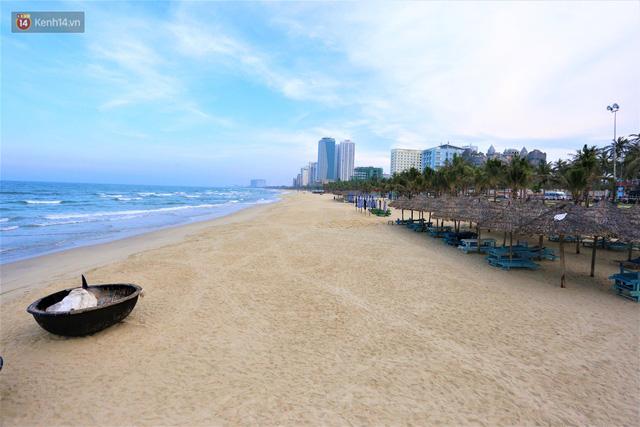 Ảnh: Bãi biển, khu vui chơi ở Đà Nẵng vắng bóng người trong ngày đầu siết chặt các biện pháp phòng, chống Covid-19 - Ảnh 7.