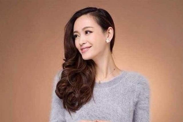 Nữ tỷ phú chịu chơi nhất Trung Quốc: 24 tuổi sở hữu tài sản tỷ đô, bộ sưu tập xe sang toàn là phiên bản giới hạn và cuộc hôn nhân với người chồng kém 5 tuổi gây sốc dư luận - Ảnh 1.