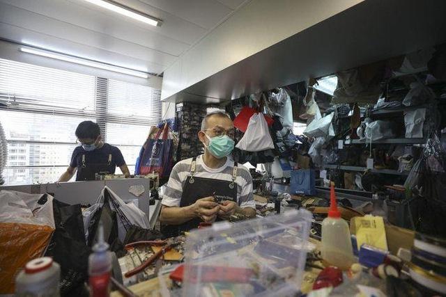 Kỳ lạ nghề sửa chữa đồ hiệu ở Hong Kong: Từ túi xách LV, Chanel đến Hermes, không gì làm khó được người thợ, khách hàng sẵn sàng trả tiền triệu và chờ đợi cả năm - Ảnh 5.