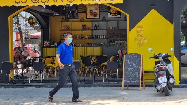 Hàng quán Đà Nẵng dọn sạch bách bàn ghế, treo biển chỉ bán mang về - Ảnh 3.