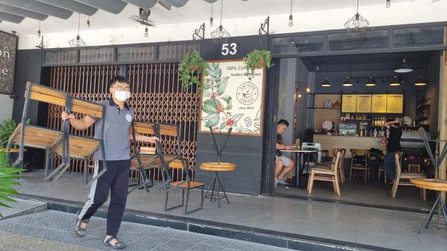 Hàng quán Đà Nẵng dọn sạch bách bàn ghế, treo biển chỉ bán mang về - Ảnh 1.