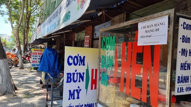 Hàng quán Đà Nẵng dọn sạch bách bàn ghế, treo biển chỉ bán mang về - Ảnh 2.