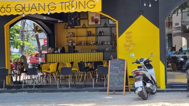 Hàng quán Đà Nẵng dọn sạch bách bàn ghế, treo biển chỉ bán mang về - Ảnh 11.