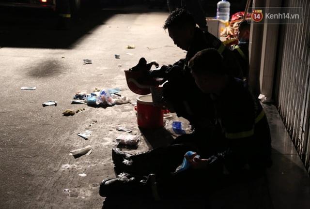 Ảnh: Hiện trường vụ cháy kinh hoàng khiến 7 người mắc kẹt tử vong thương tâm ở Sài Gòn - Ảnh 17.