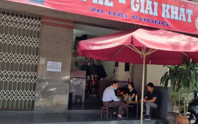 Hàng quán Đà Nẵng dọn sạch bách bàn ghế, treo biển chỉ bán mang về - Ảnh 5.