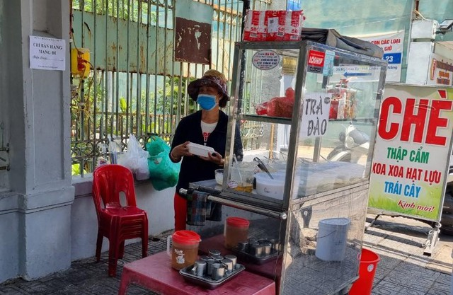 Hàng quán Đà Nẵng dọn sạch bách bàn ghế, treo biển chỉ bán mang về - Ảnh 10.