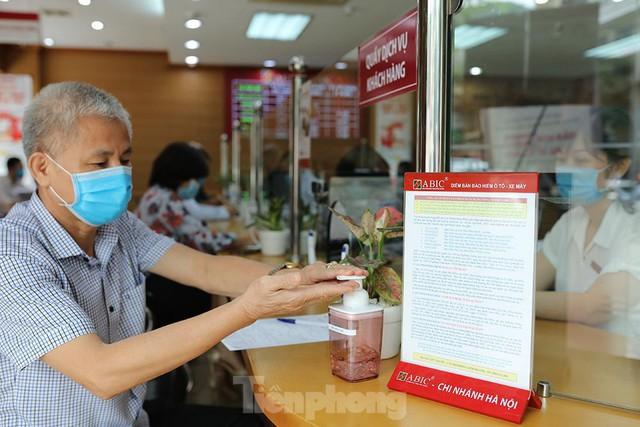 Ngân hàng bật chế độ phòng chống COVID-19 cấp độ mới, tiền thu về đều phải khử khuẩn  - Ảnh 2.