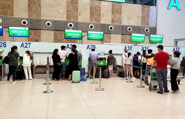 Nhiều hãng hàng không đồng loạt tăng phí quản trị hệ thống - Ảnh 1.
