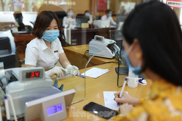 Ngân hàng bật chế độ phòng chống COVID-19 cấp độ mới, tiền thu về đều phải khử khuẩn  - Ảnh 3.