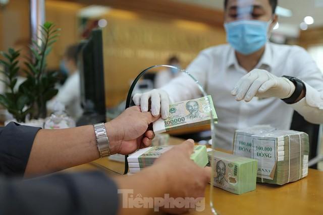 Ngân hàng bật chế độ phòng chống COVID-19 cấp độ mới, tiền thu về đều phải khử khuẩn  - Ảnh 5.
