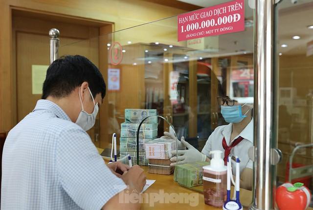 Ngân hàng bật chế độ phòng chống COVID-19 cấp độ mới, tiền thu về đều phải khử khuẩn  - Ảnh 7.