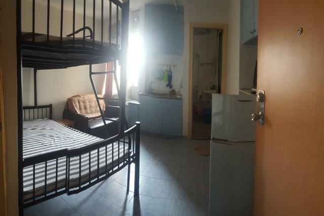 """Các cặp vợ chồng trẻ ở Hong Kong, Trung Quốc """"tranh nhau"""" mua nhà vì sợ tăng giá, căn hộ 14,2m² giá bán tới 9,5 tỷ đồng - Ảnh 1."""