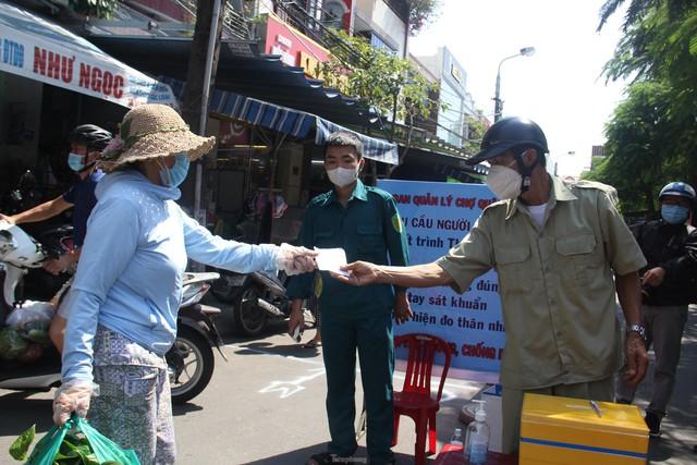Ngày đầu tiên Đà Nẵng áp dụng phiếu đi chợ: Mua đủ thức ăn ba ngày, không tích trữ  - Ảnh 1.