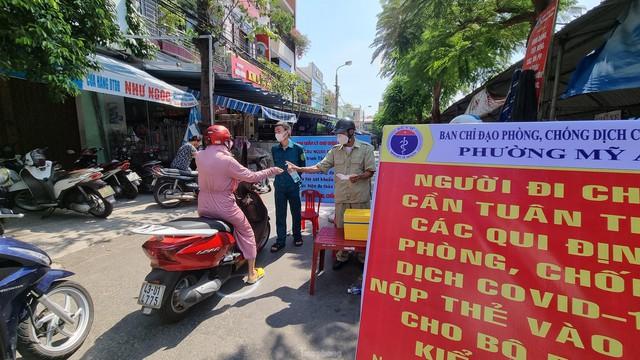 Ngày đầu tiên Đà Nẵng áp dụng phiếu đi chợ: Mua đủ thức ăn ba ngày, không tích trữ  - Ảnh 3.