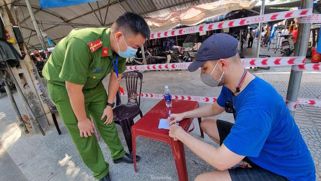 Ngày đầu tiên Đà Nẵng áp dụng phiếu đi chợ: Mua đủ thức ăn ba ngày, không tích trữ  - Ảnh 4.