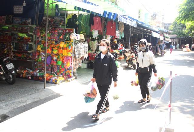 Ngày đầu tiên Đà Nẵng áp dụng phiếu đi chợ: Mua đủ thức ăn ba ngày, không tích trữ  - Ảnh 5.
