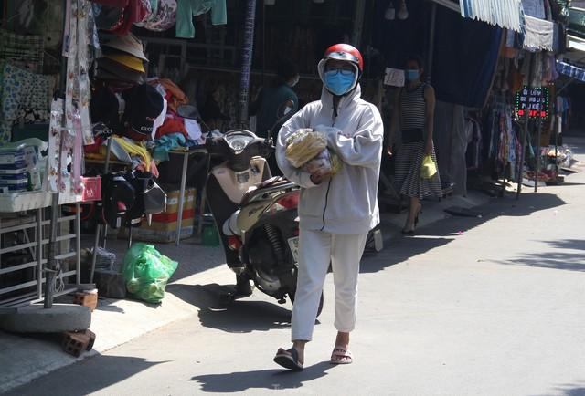 Ngày đầu tiên Đà Nẵng áp dụng phiếu đi chợ: Mua đủ thức ăn ba ngày, không tích trữ  - Ảnh 6.