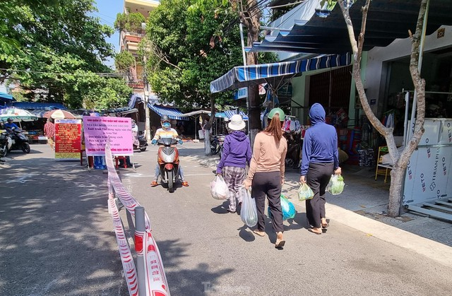 Ngày đầu tiên Đà Nẵng áp dụng phiếu đi chợ: Mua đủ thức ăn ba ngày, không tích trữ  - Ảnh 7.