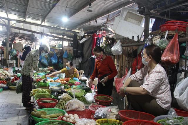 Ngày đầu tiên Đà Nẵng áp dụng phiếu đi chợ: Mua đủ thức ăn ba ngày, không tích trữ  - Ảnh 9.