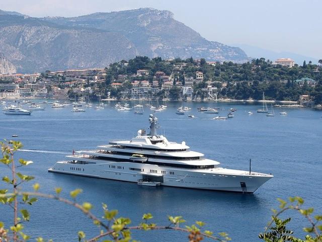 Lối sống xa hoa, sang chảnh của ông chủ Chelsea: Nhà đẹp, xe sang, du thuyền xịn chẳng thiếu thứ gì - Ảnh 3.