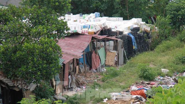 Người dân khu lao động Long Biên khốn đốn trong nắng nóng đổ lửa  - Ảnh 1.